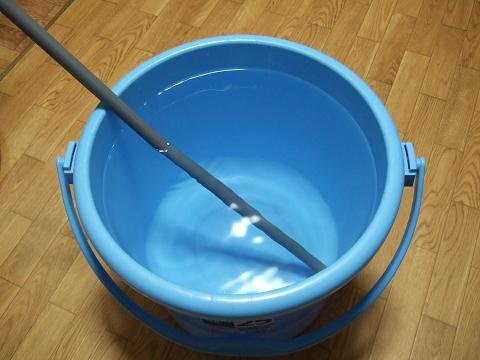 バケツに入れた水(水温25度)