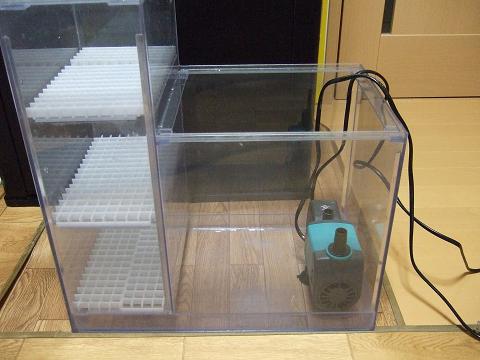 水中ポンプを仮置きし、濾過槽の仕切り板の場所を決めます。