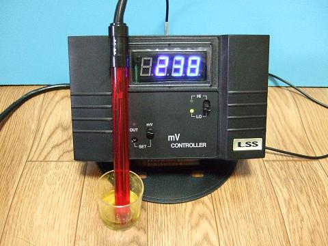「基準液」に電源を入れたセンサーを入れ30分放置