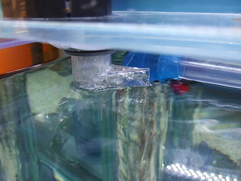 落下エルボの排水口を、濾過槽への排水溝の方に向けます。