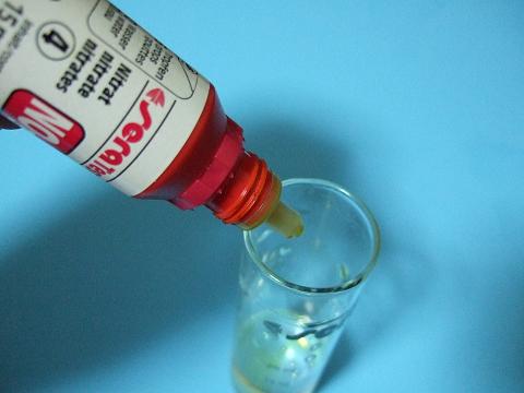 SERAの硝酸塩試薬(NO3 Test)の試薬(4)を6滴垂らします。