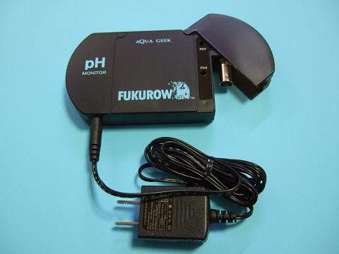 FUKUROWの本体にACアダプターを接続しました。