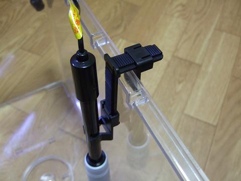 PHエレクトロード(電極)を水槽にセット