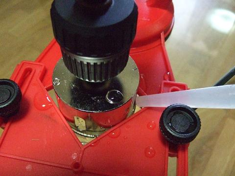スポイトなどで水を注ぎドリルを回転させます。