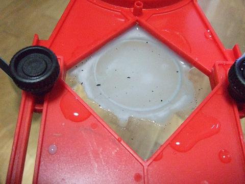 ドリルを回転させるとガラスが削られていきます。