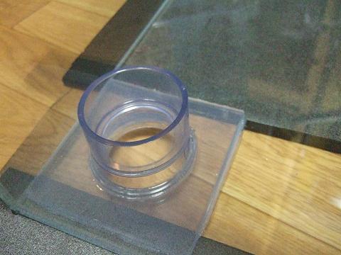 ガラス水槽にオーバーフローパイプの台座を接着