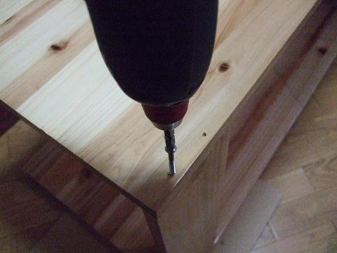 ドリルで木ネジを打ち込みました。