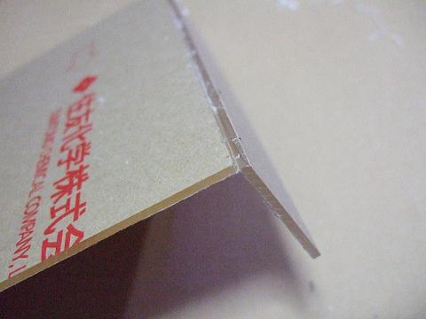 溝を入れたアクリル板に「力」を加えるとキレイに割れます。
