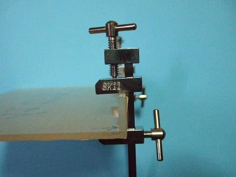 「ハタ金」を使って、アクリル板を固定します。