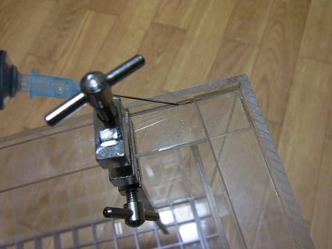 上の補強板(フランジ板)をハタガネで固定し接着剤を流し込みました。