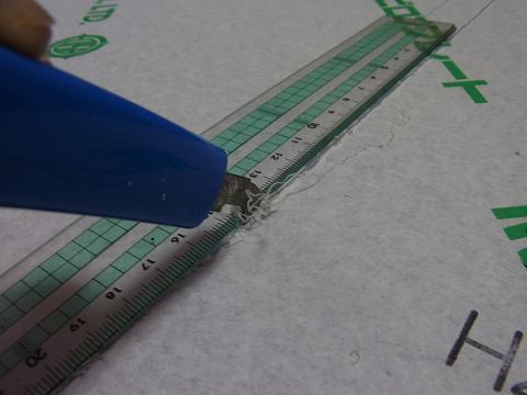 アクリルカッターで塩ビ板を削るようにカット