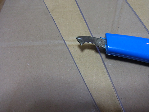 濾過槽のサイズに合わせて塩ビ板をカット