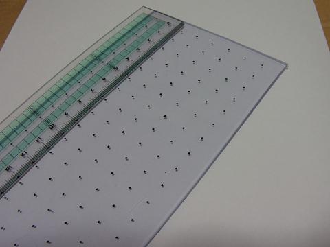 濾過槽のサイズに合わせてカットした塩ビ板に1センチ間隔で印をつけました。