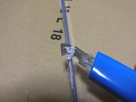「塩ビ板」の切断面をアクリルカッターで整えます。