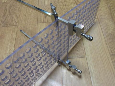 ハタ金を使い、土台をパンチングボードに仮組みしました。