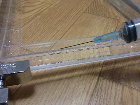 接着剤用注射器でアクリル用接着剤を流し込みました。