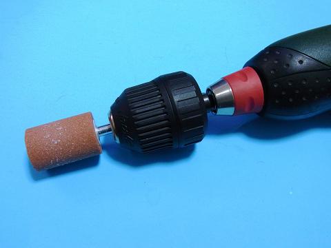 電動ドリルドライバーに軸付砥石をセット