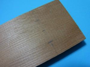 「台座板」の取り付け位置に印を付けました。