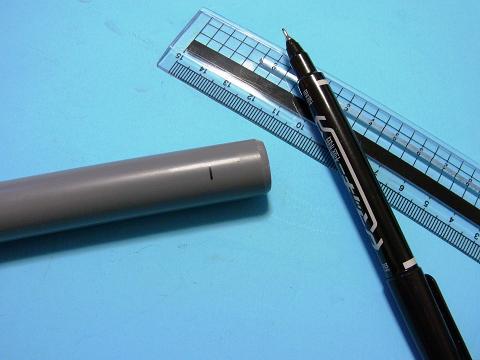 接合する塩ビ管の「継手受口の長さ」の部分にマジックで印をつけます。