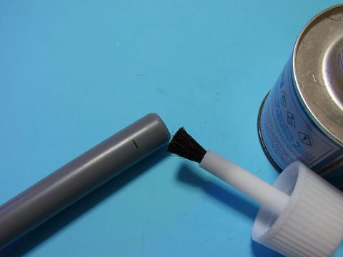 接合する塩ビ管の接着面に接着剤を塗る