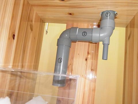 オーバーフロー水槽のキャビネット内の配管
