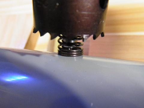 ホールソー(バイメタルホルソー)で25mmの穴を開けます。