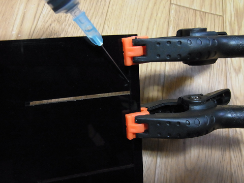 コーナーカバーの上部の補強板の取り付け作業