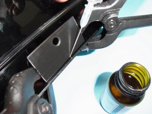 「塩ビ専用接着剤」を「接着剤用注射器」で流し込みました。