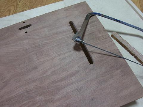 市販の「ディスクグラインダースタンド」の「ベース(土台の板)」に空いている穴と同じ場所に穴を開けます。