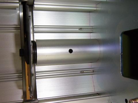 プロクソン・スライドソウ SS630(No.24950)の「丸のこ刃(チップソウ)」のシャフトが回転しないように、L型レンチで固定