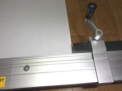 「プロクソン・スライドソウ SS630」の「材料アタリゲージ」で切断材料の寸法合わせ