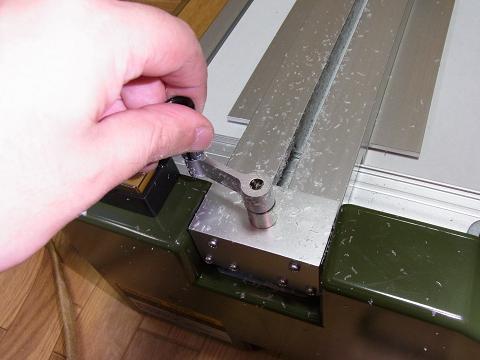 「プロクソン・スライドソウ SS630」の「材料押さえハンドル」を回して、カットした「塩ビ板」を取り出しました。