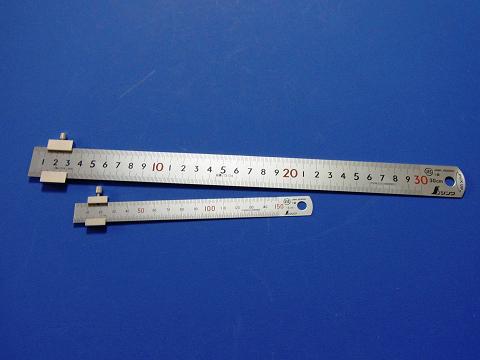 直尺用ストッパーをセットしたシンワ測定の直尺